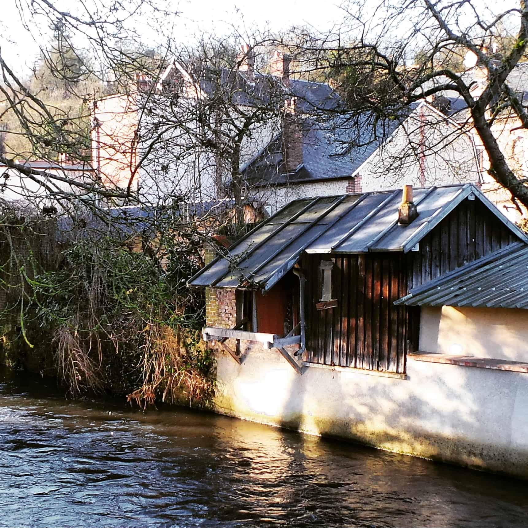 La rivière de l'Iton et son petit lavoir dans le centre d'Evreux