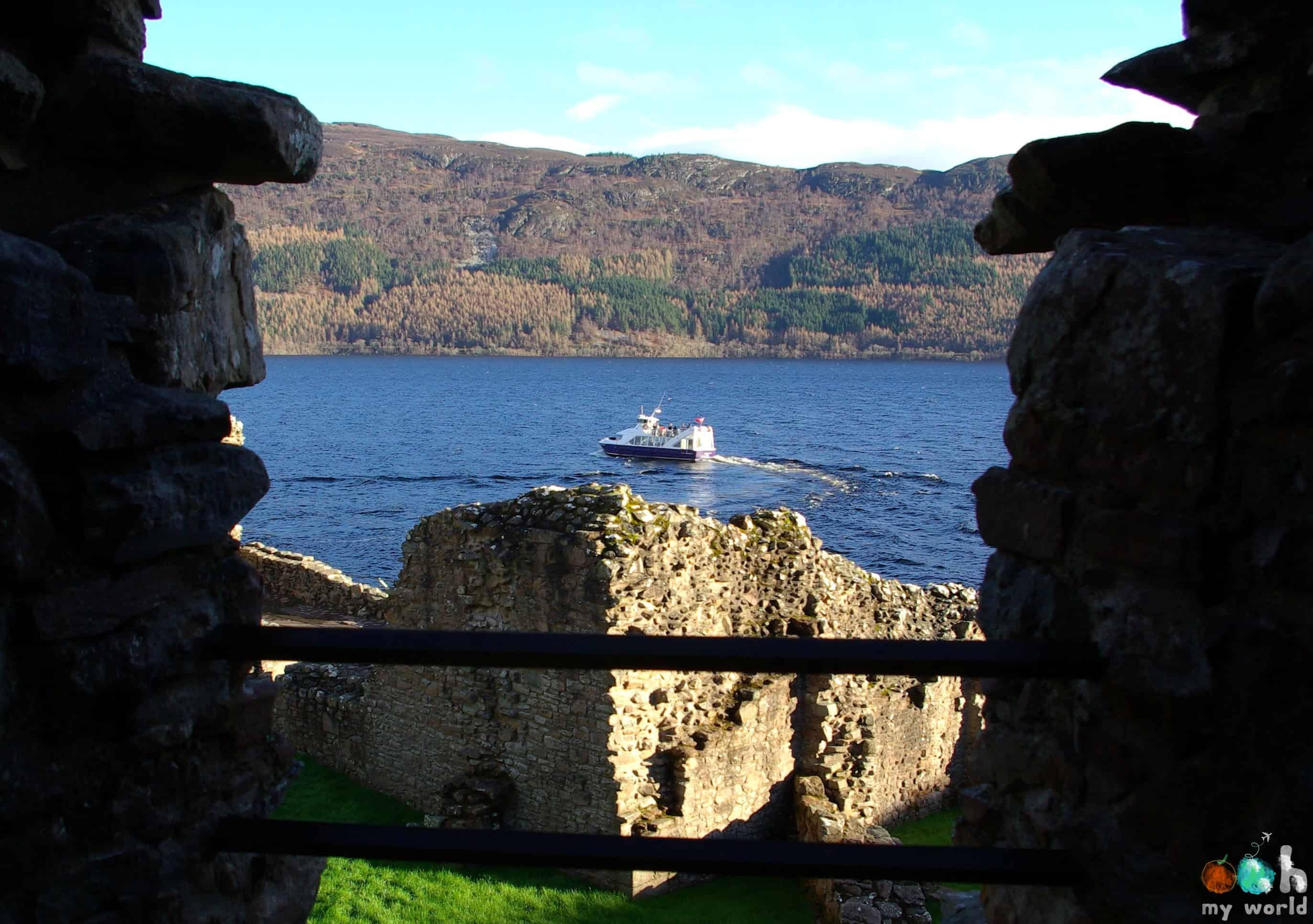Bateau de croisière sur le Loch Ness vu depuis le château de Urquhart