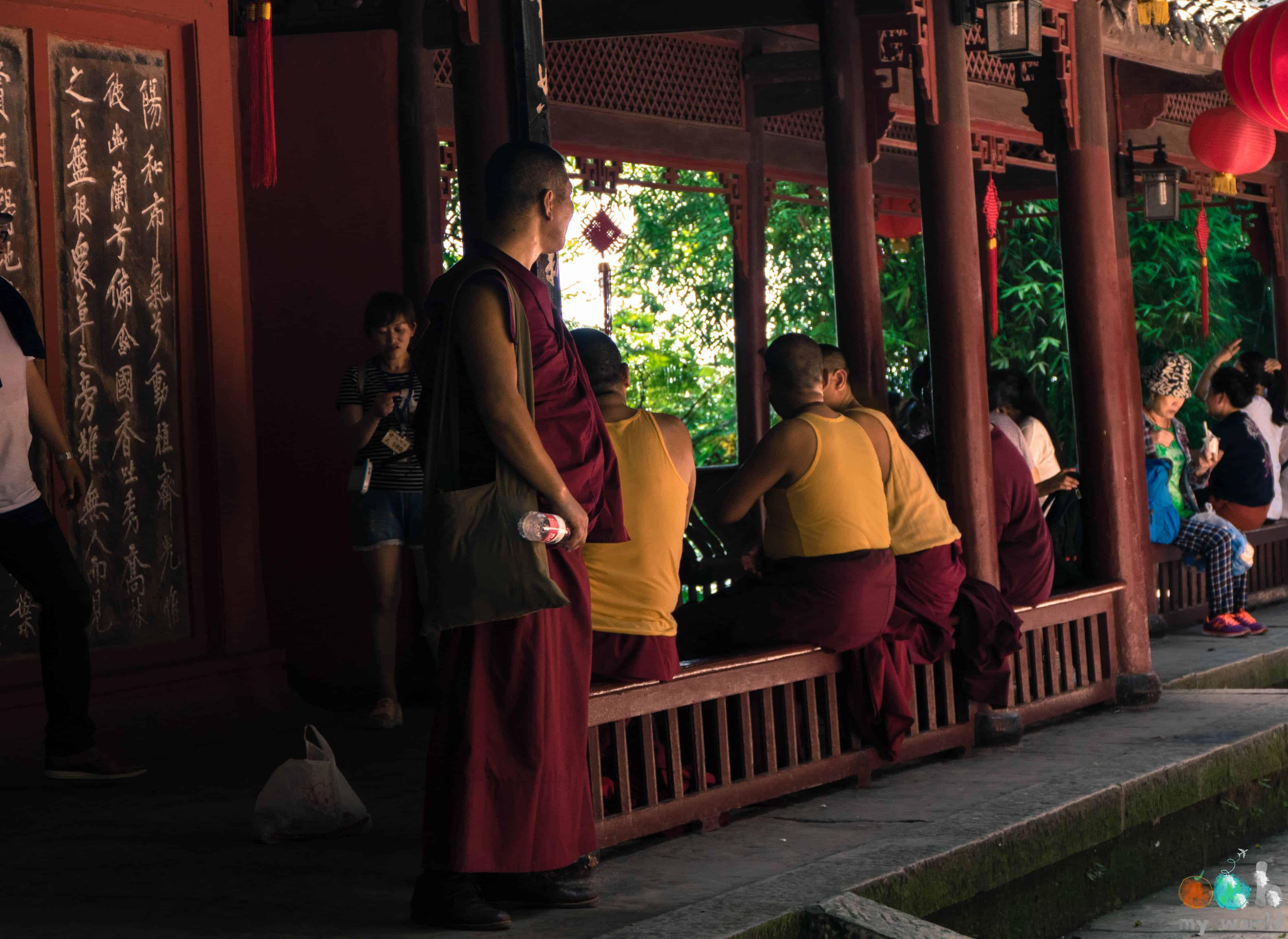 Les moines bouddhistes en pélerinage à Leshan en Chine