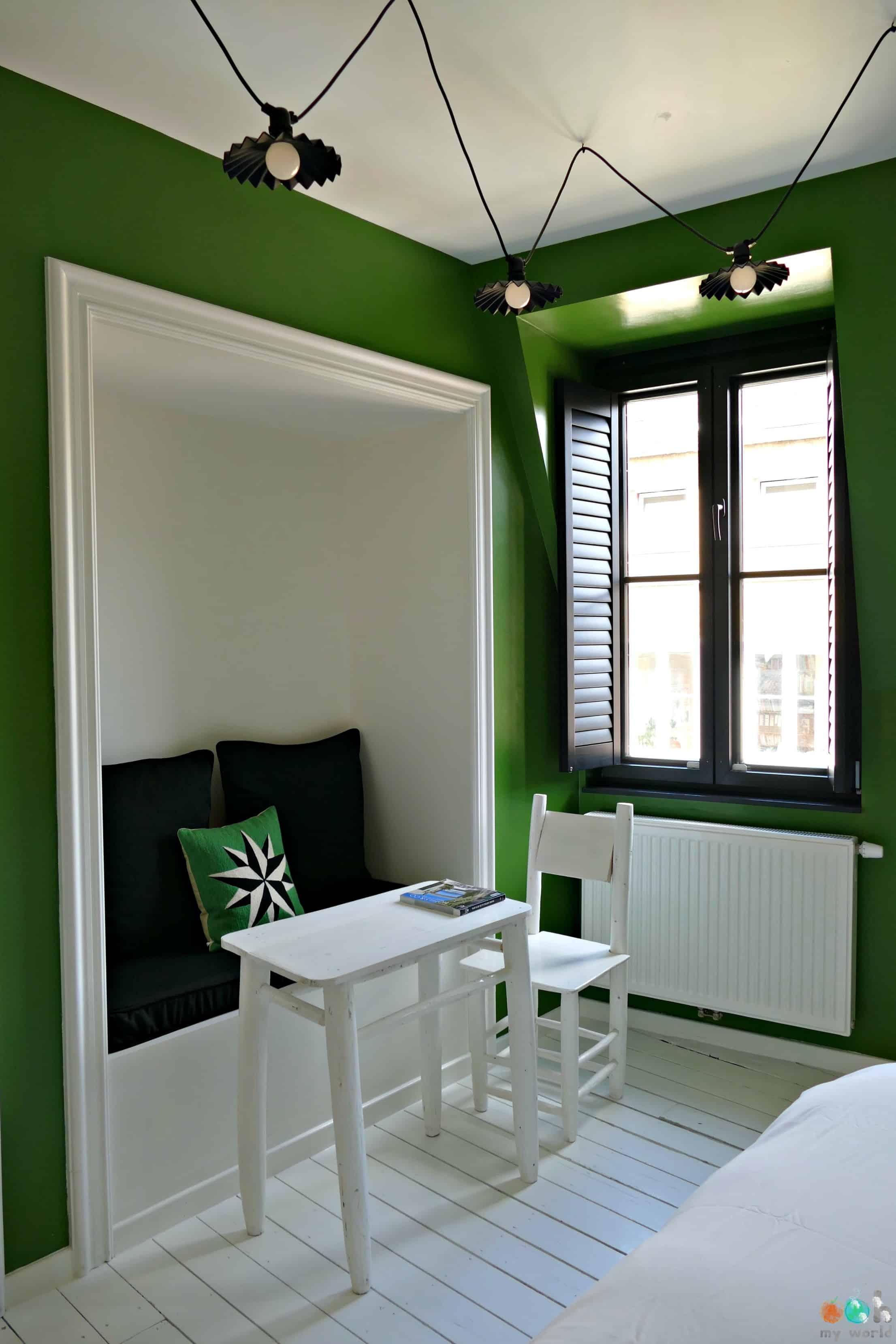 Coin lecture de la chambre végétale du Bed and Breakfast la Maison Haute dans les Marolles de Bruxelles