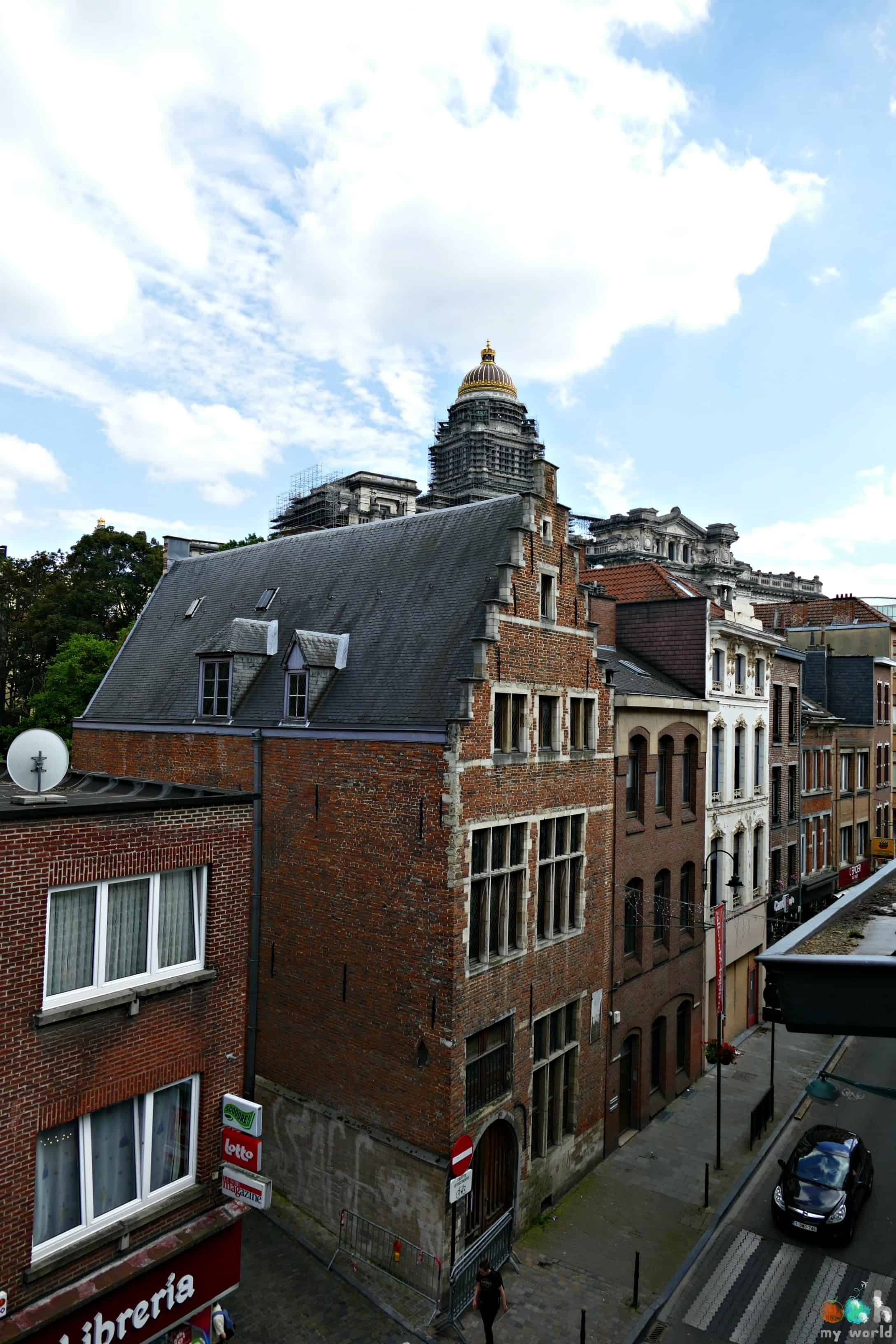 Vue sur le palais de justice depuis la chambre végétale de la Maison Haute à Bruxelles