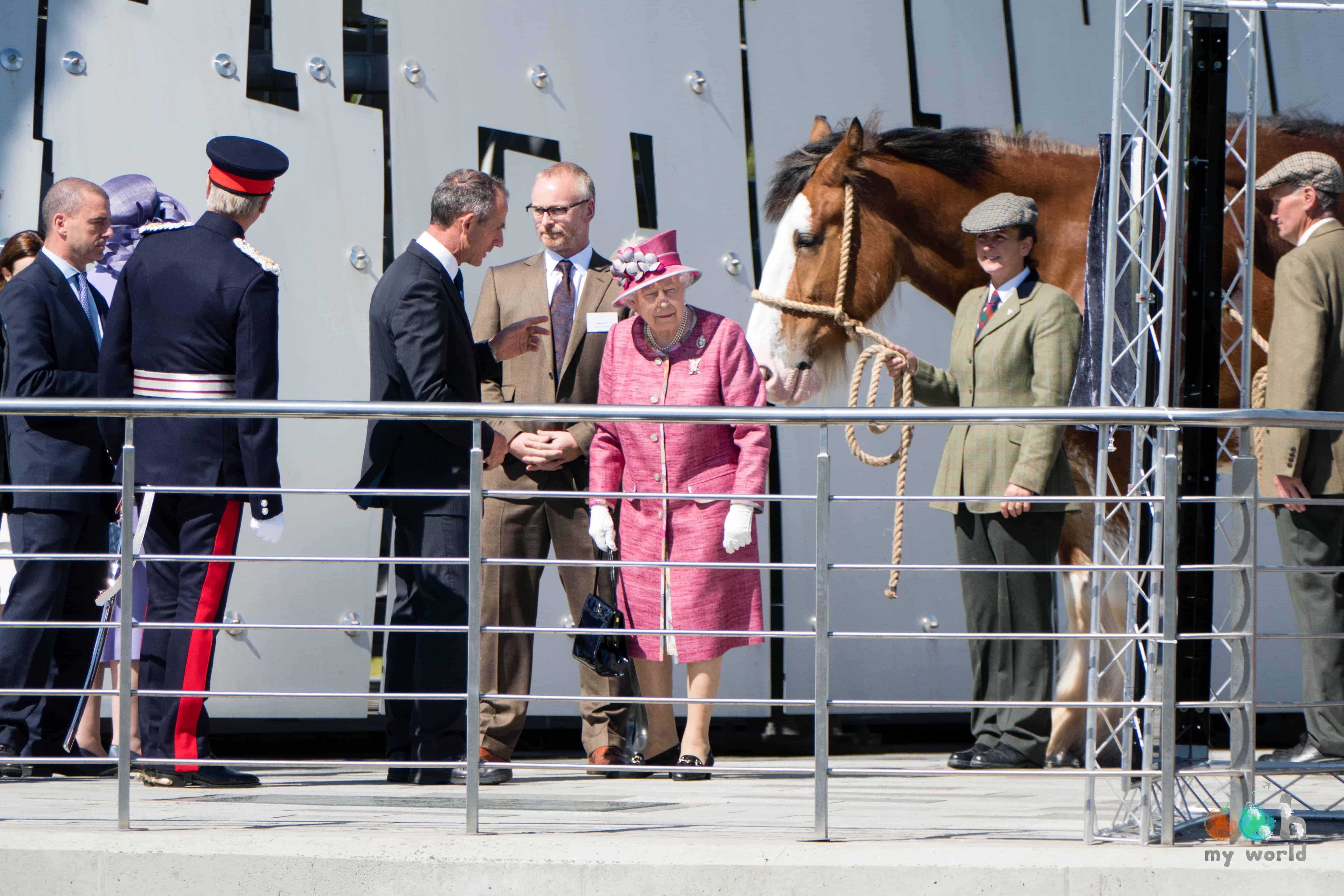 La Reine avec les chevaux aux pieds des Kelpies