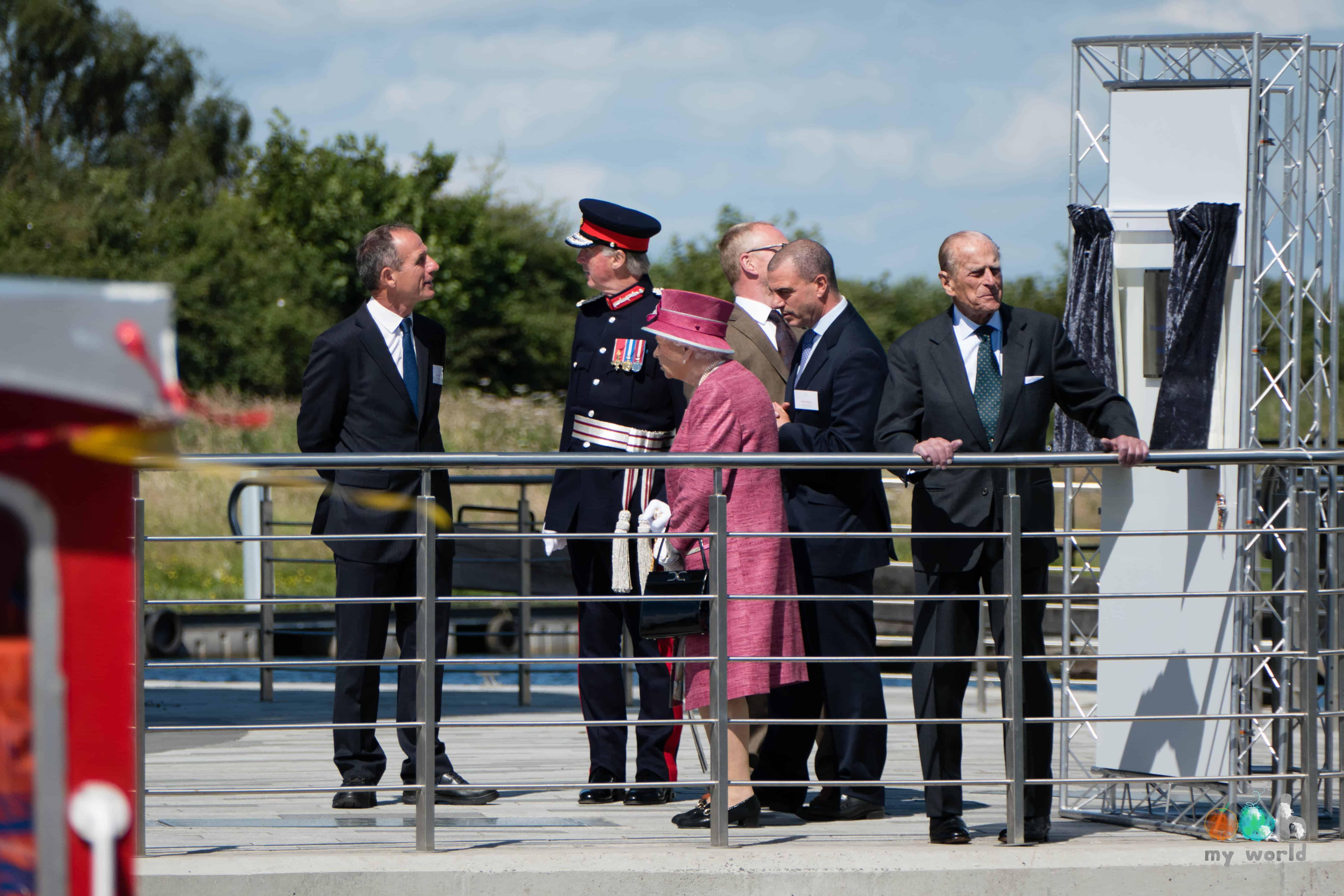 Le Prince Philip admirant la vue sur le canal au pied des Kelpies