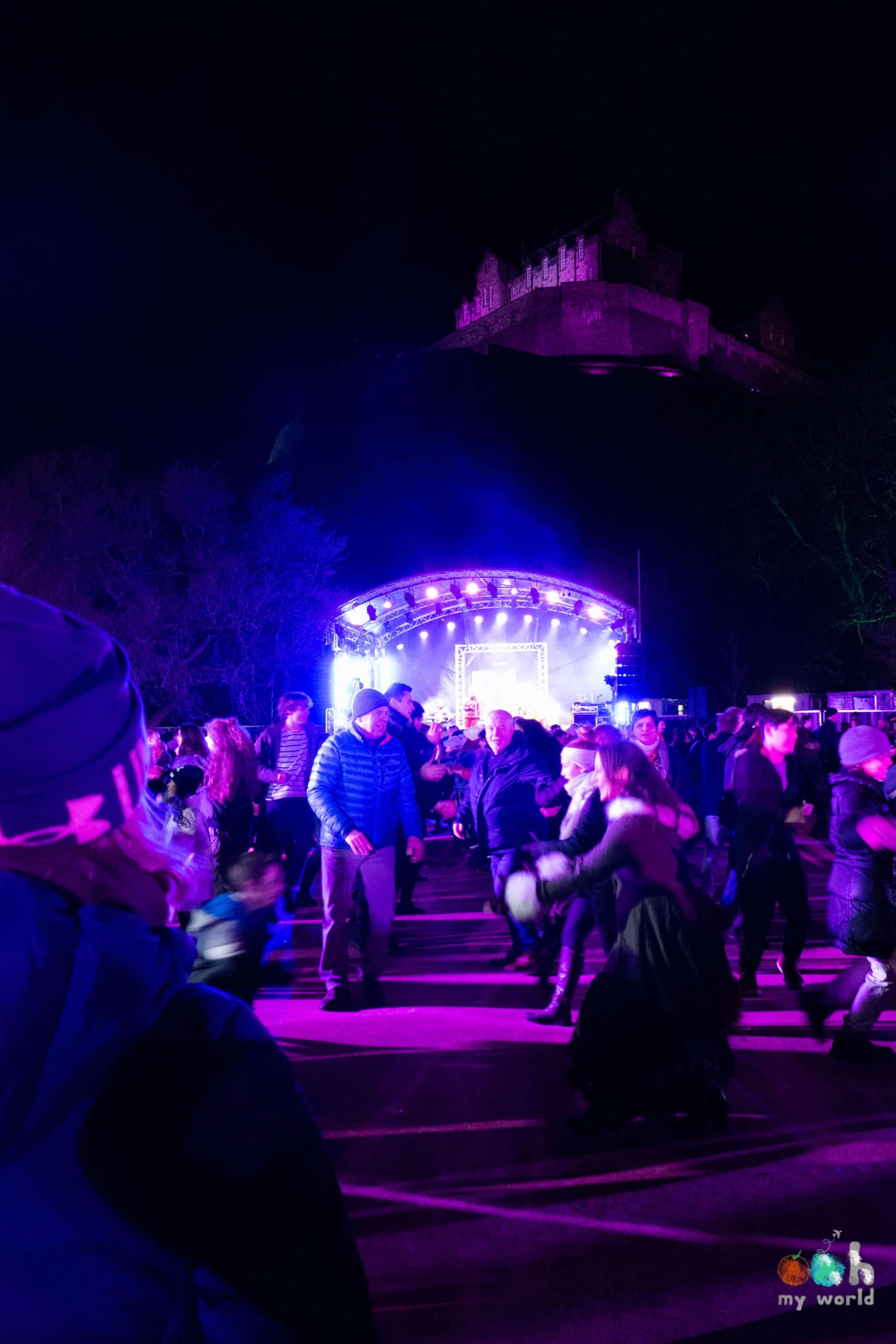 Hogmanay ceilidh au pied du chateau d'Edimbourg au nouvel an