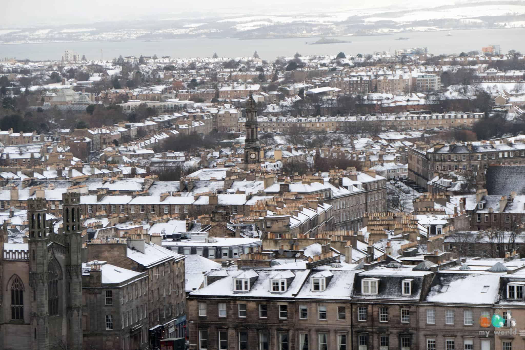 Les toits enneigés d'Edimbourg
