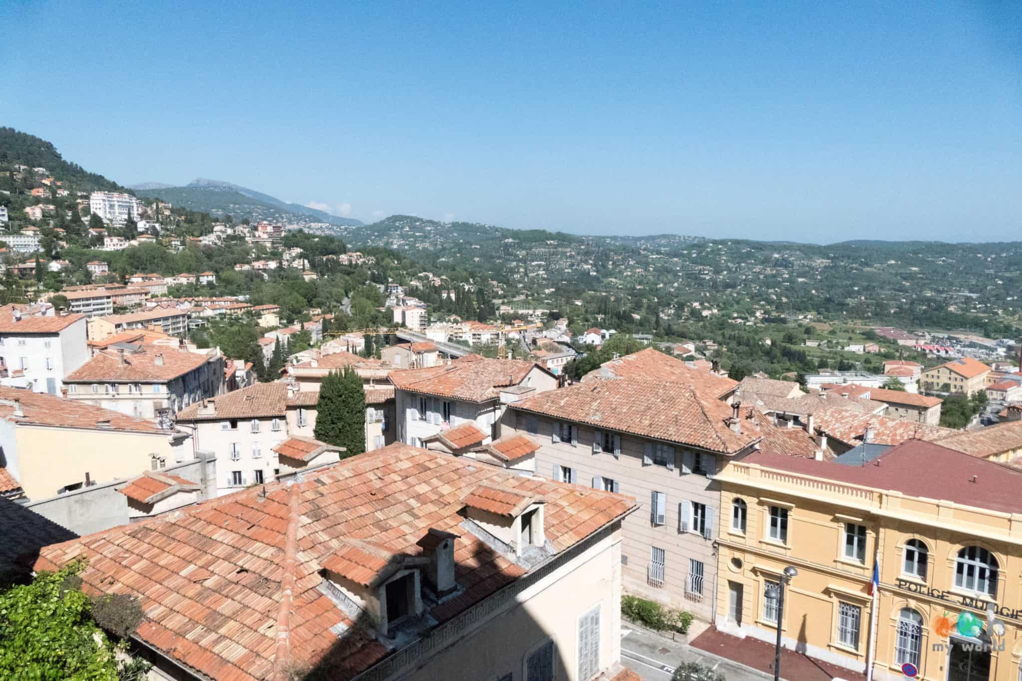 Vue incroyable de la région depuis le centre historique de Grasse